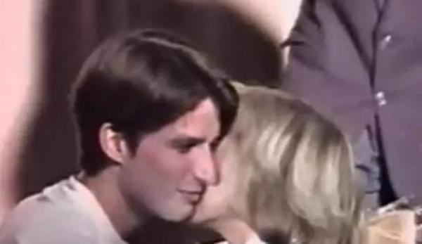 拍于1993年的视频,马克龙在学校参演话剧,剧终后亲吻走到台上的他的老师布里吉特。
