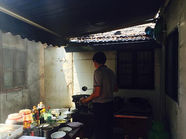 老钱农家乐厨房改造前,屋檐已布满油迹。 澎湃新闻记者 邹娟 图