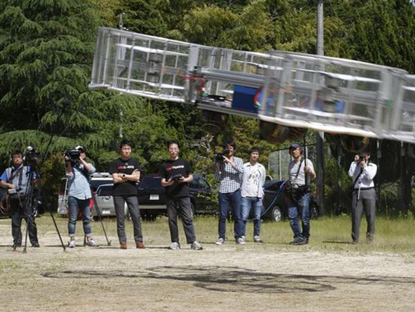 6月3日,丰田支持的创企Cartivator项目负责人Tsubasa Nakamura(左3)正观看该公司飞行汽车测试模型试飞。另外一名成员(右4)正在操控该模型。(照片: Koji Ueda,美联社)