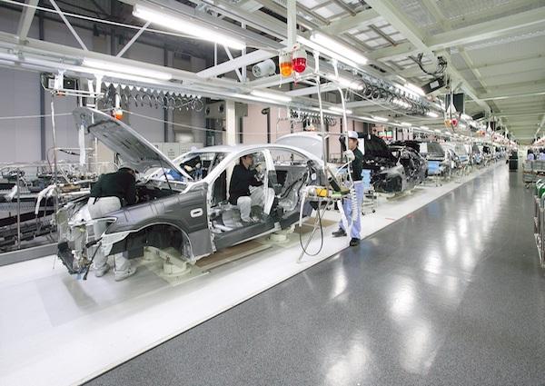 组装车间,大到发动机,小到螺丝钉,约有2500个零件在这里组装。
