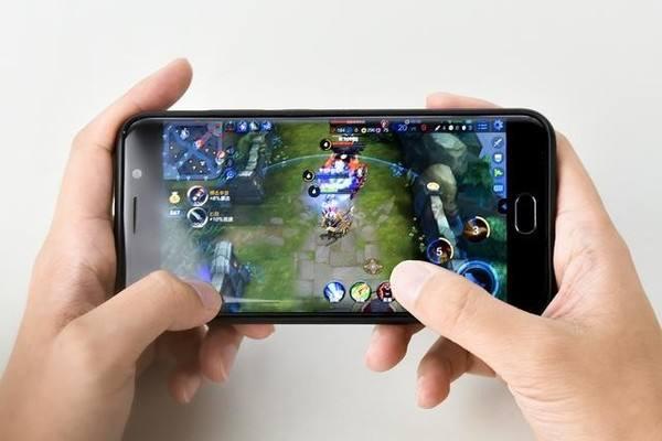 尽管腾讯从来没有披露过单款游戏的收入情况,但从用户数据来看,《王者荣耀》已经成为了一款现象级手游。腾讯财报披露的数据显示,《王者荣耀》已坐拥2亿注册用户,涵盖多年龄段玩家,日活跃用户超过5000万,创造了腾讯平台智能手机游戏的新纪录。