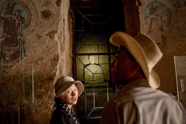 游客参观莫高窟。周平浪 澎湃资料