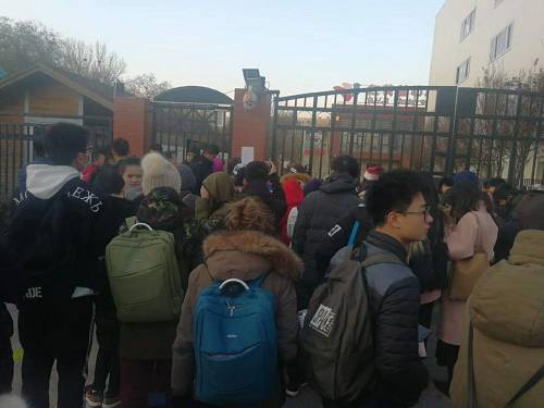 红黄蓝(新天地)幼儿园门口挤满了家长和前来采访的记者 图片来源|杜昌华