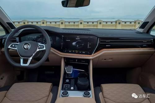 不过新车在车内氛围的营造上还是很超前的,像30色内饰氛围灯,可在液晶