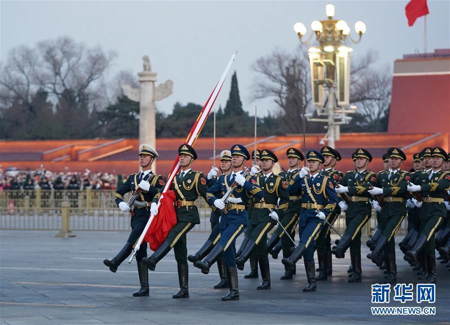 1月1日晨,北京天安门广场举走隆重的升国旗仪式。 新华社记者 鞠焕宗