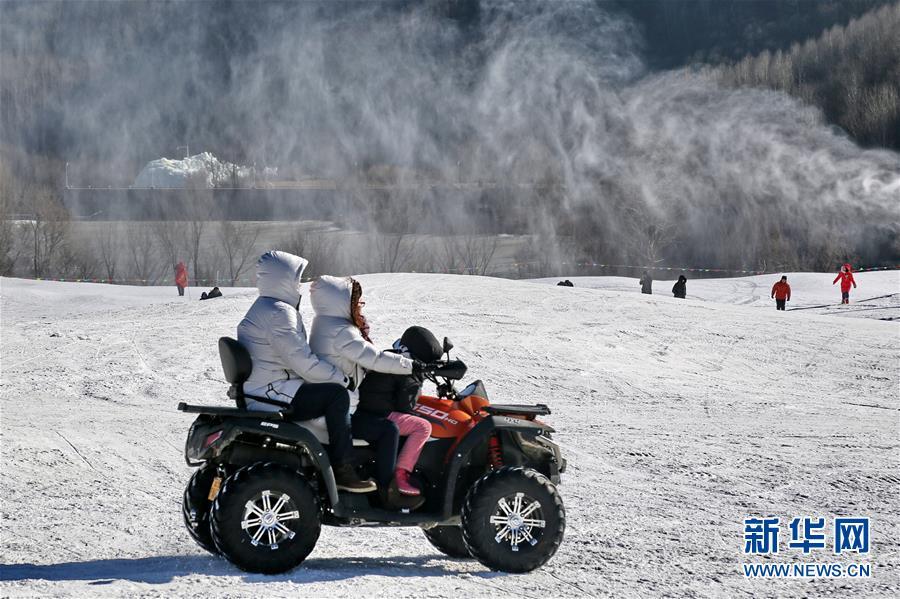 12月31日,游人在玉渡山风景区体验雪地摩托车。新年幼长伪期间,多多北京市民来到燕山深处的北京延庆玉渡山风景区,体验雪地摩托、滑雪圈、马拉爬犁、雪上卡丁车等冰雪项现在,款待新年的到来。新华社记者 李欣