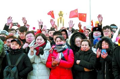 本报记者 金可我爱你祖国!1月1日7时36分,当鲜艳的五星红旗高高飘扬在天安门广场,两万羽和平鸽腾空而起时,在观旗的7.5万群众中爆发出热烈的欢呼声。 昨天是新年元旦,清晨5时,天色微亮,但天安门广场上等待进场的观旗观众早已排起长队。5时30分,第一批团体观众穿着统一服装整齐有序地排队入场,他们是来自澳门大学的36名师生。