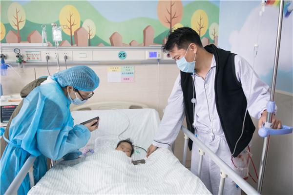 1月2日,吴师长术后第一次见到了从重症监护室转回清淡病房的女儿幼蕙蕙(化名)。 南方日报记者 张梓看 摄