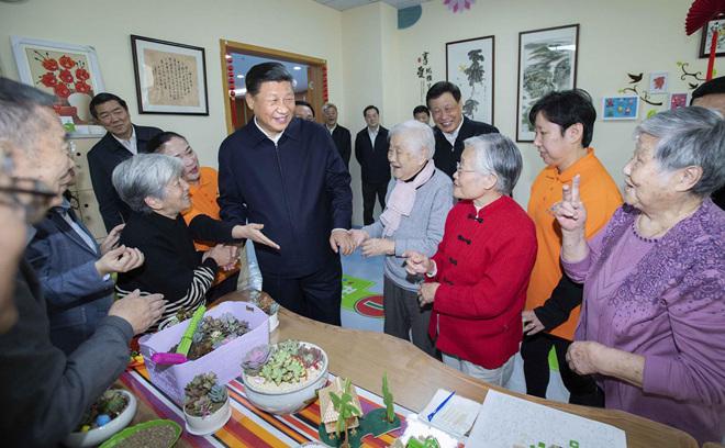 2018年11月6日上午,习近平在上海虹口区市民驿站嘉兴路街道第一分站托老所同老年居民亲切交谈。新华社记者 李涛 摄