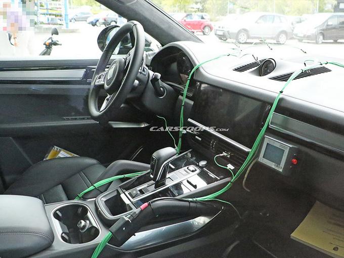 外观方面,新车采用最新的家族式设计语言,进气格栅整体采用贯穿式设计,内部为三段式布局并集成日间行车灯,中央配备ACC自适应巡航传感器探头。机盖上方隆起四根粗壮的线条,力量感十足。车顶流畅的线条勾勒出轿跑式的车身,下方配有熏黑的双五幅式运动轮毂。尾部造型立体,配有主动升降式扰流板,两侧尾灯内部集成多条LED灯带,排气为双边共两出式布局。