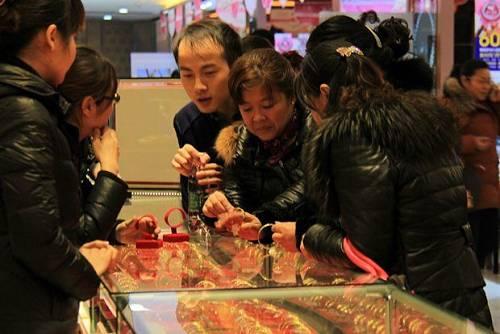 這至少說明一個道理:連中國大媽都知道搶黃金,說明黃金和房產一樣,是能夠保值的硬通貨。 不過有一點需要明確的是,大媽們搶購的是黃金飾品,是經過加工的黃金下游產品,與真正的黃金還是有區別的。 在黃金的需求中,飾品只佔很小的一部分,大部分的黃金,其實是存放在我們看不到的地方。