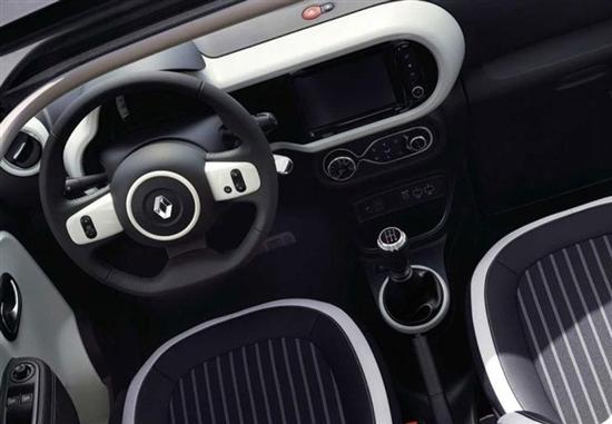车尾设计同样可爱,尾灯组内部结构采用c型结构,辨识度极高.