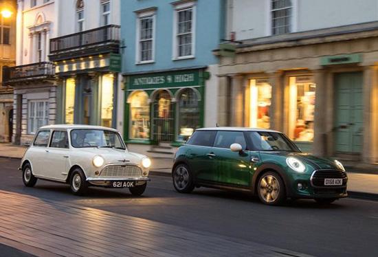 """外观方面,MINI 60周年纪念版采用了经典的英伦绿作为主要配色,在引擎盖以及侧面散热口处均加入了""""60 years""""标识,相当醒目。新车采用了17英寸的复古轮圈,与整车的怀旧气场非常搭调。"""
