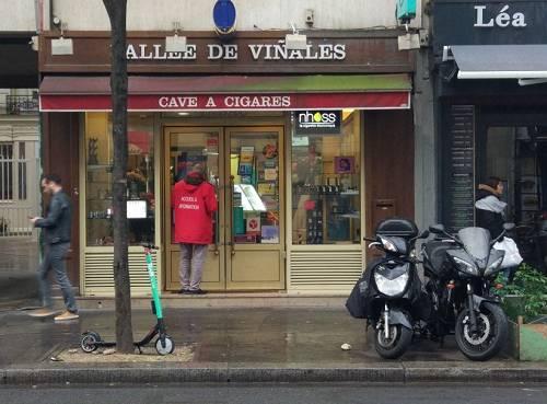位于巴黎10区圣马丁郊区街角的比尼亚莱斯山谷烟草商店