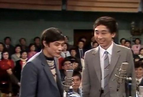 第二年,冯巩又与刘伟合作带来了《巧对影联》。1989年的春晚开始,冯巩与牛群搭档,留下了《点子公司》、《拍卖》等作品。