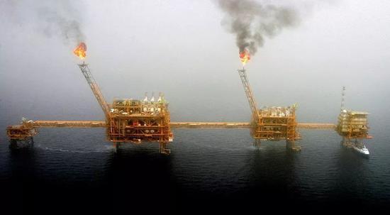 (波斯湾的一处油田。图/ 视觉中国)
