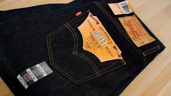 """周三,牛仔裤鼻祖李维斯(Levis)的母公司 Levis Strauss向美国证券交易委员会(SEC)提交IPO申请,计划于2019年重回纽约证券交易所上市,交易代码""""LEVI""""。"""