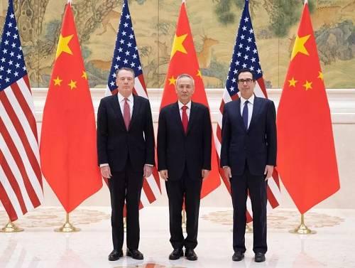 图为刘鹤(中)与莱特希泽(左)、姆努钦在谈判开始前合影。