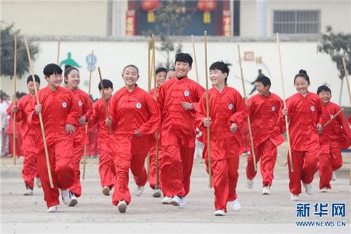 学生们在演练太极棍后退场。