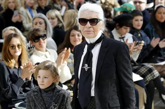 """但对Karl Lagerfeld的事业来说,香奈儿不是全部。事实上,除了为香奈儿效力外,Karl Lagerfeld还为Fendi工作,他也在1984年推出了自己的品牌""""Karl Lagerfeld""""。 2017年,""""Karl Lagerfeld""""大中华区公司80.1%的股权被上市公司七匹狼收购。"""