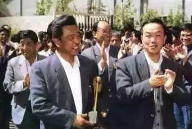 (1979 褚时健任玉溪卷烟厂厂长,图左)