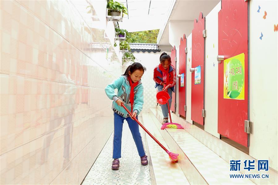 两名学生在贵州省织金县熊家场镇小学的厕所打扫卫生(2018年10月23日摄)。新华社记者 张玉薇