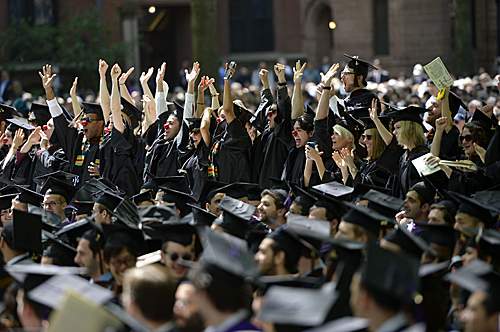 即将毕业的学子在耶鲁大学毕业典礼上庆祝获得学位。新华社记者王雷摄
