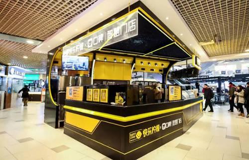 【首家无人智慧奶茶店落地上海】口碑联合茶饮品牌快乐柠檬在上海推出首家无人智慧奶茶门店,并推出第一个制茶机器人。顾客只需要拿出手机,用口碑APP扫码点餐,便可以自助选择奶茶口味、冰度以及糖度,完成付款后,制茶机器人便开始调配奶茶,再将奶茶放至取餐柜,全流程无需人工参与。