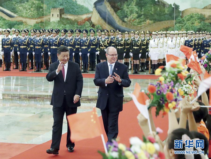 2018年9月7日,国家主席习近平在人民大会堂北大厅为来访的阿尔贝二世亲王举行欢迎仪式。新华社记者 刘卫兵