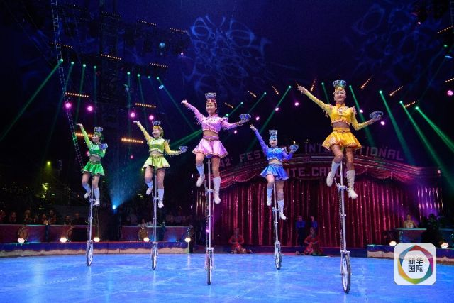 2018年1月19日,来自内蒙古民族艺术剧院杂技团的演员在摩纳哥蒙特卡洛马戏节上表演《五人踢碗》。新华社记者 陈益宸