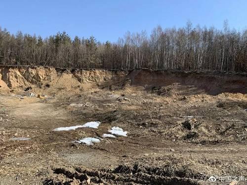 曹园北侧一处挖空的山体