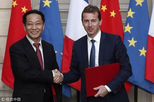 当地时间3月25日,欧洲飞机制造商空中客车与中国航空器材集团在法国巴黎签署了采购300架空客飞机的协议,其中包括290架A320系列飞机及10架A350XWB系列飞机。