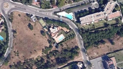 两层高的朝鲜大使馆位于马德里市中心的西北边,馆内有一个游泳池。(BBC)