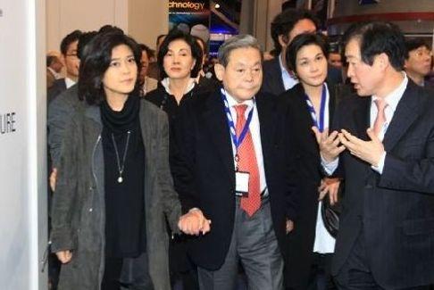 唯有一件事,李在镕被捕期间,李富真离婚案有了新进展。