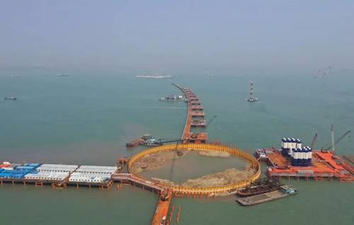 """受航运和空运等条件限制,深中通道设计采用了""""东隧西桥""""的设计方案。杨润来介绍,这是一种巧妙运用水的浮力、压力、重量等作用而设计的施工工法。""""在海洋中间建设长距离隧道,沉管技术几乎是目前最安全可行的手段。"""""""