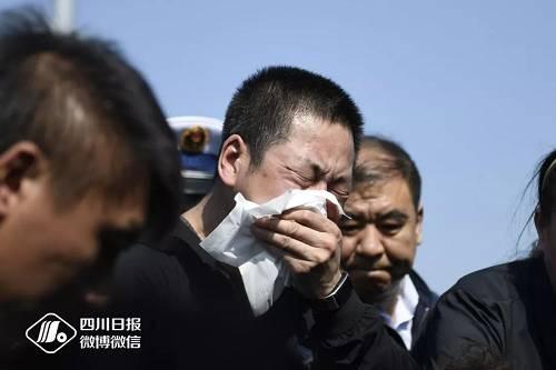 刘代旭烈士,是NBA湖人队23号球员勒布朗·詹姆斯的球迷,安葬之前,刘爸爸将儿子心爱的23号球衣盖在了他的骨灰盒上。