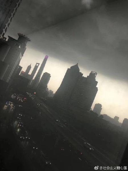 震撼似大片!上海大风雷电预警齐发 天空秒变黑夜