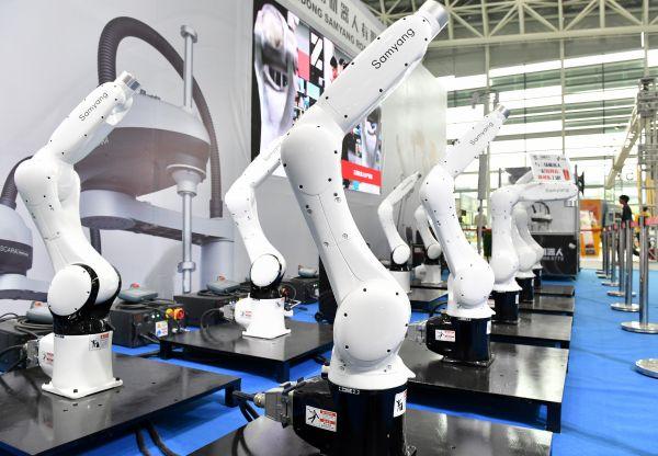 """资料图:一家中国工业机器人制造企业在国际""""互联网+""""博览会上展示机器人产品。"""