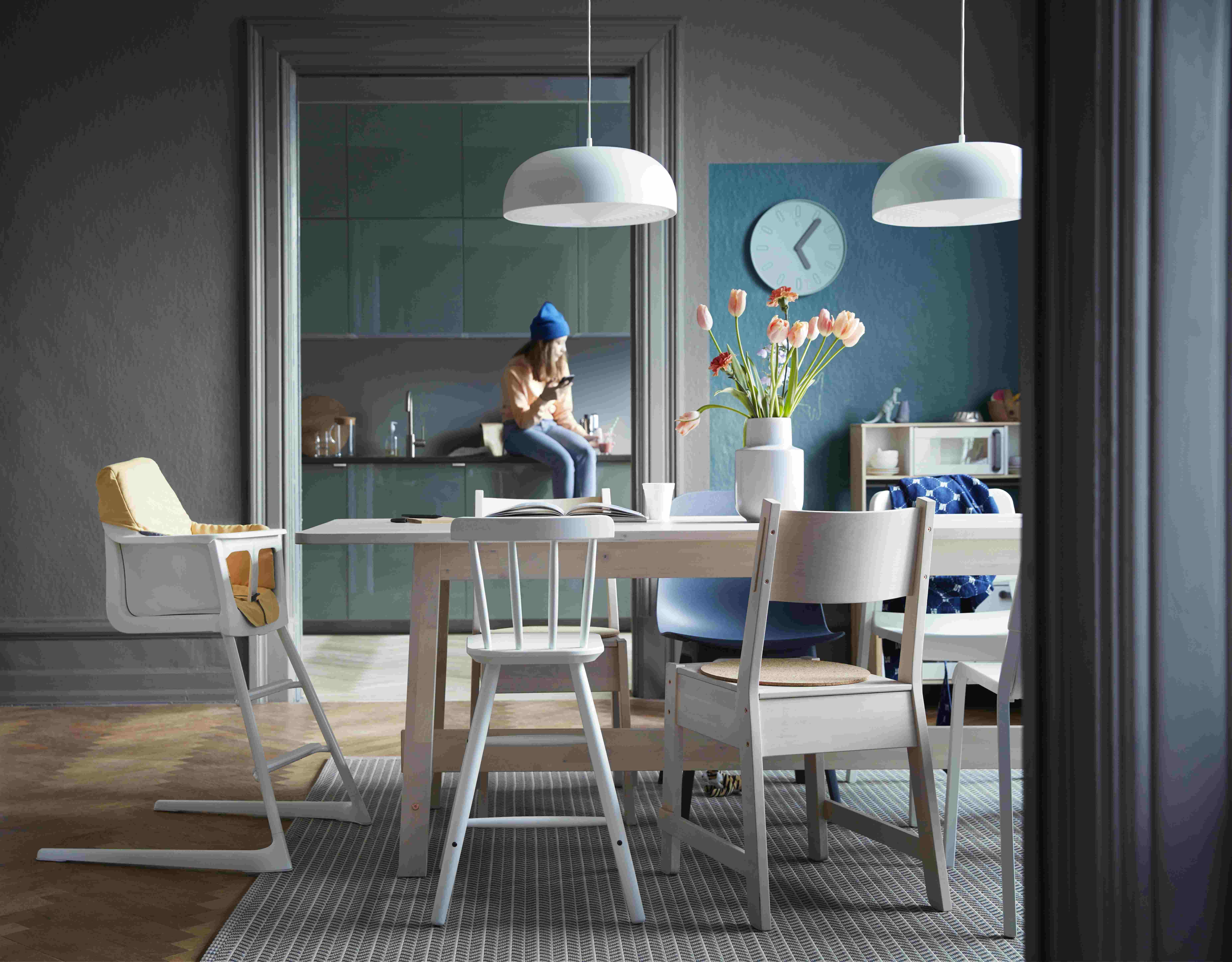 首先,要有计划地搭配餐椅。一般家里餐桌以4-6人的聚餐人数设置,而平时家里可能只有2-4人用餐,如果家中吃饭的人较多,而餐厅空间又不大,可以选一些可折叠,或者叠摞式椅子,占地少、好收纳,又方便使用。