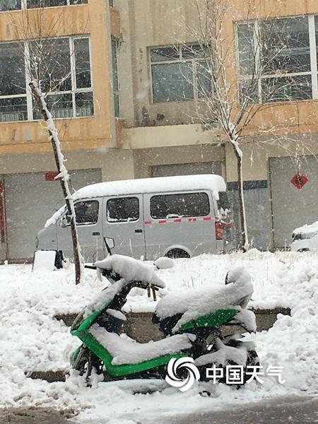 内蒙古锡林郭勒盟四月暴雪袭城 路面积雪结冰出行难