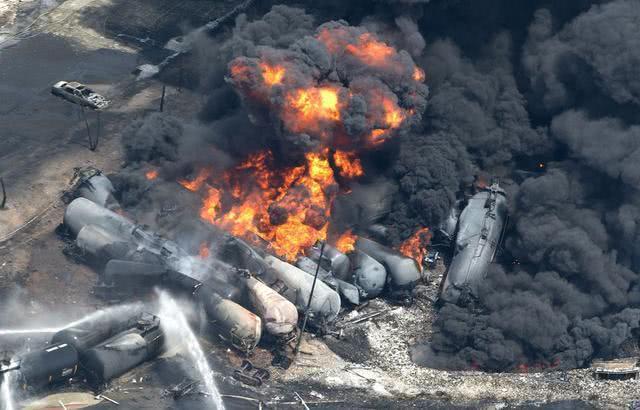 导弹骤然发射,伊朗运油车队遭美军空袭:32辆油罐车爆炸?