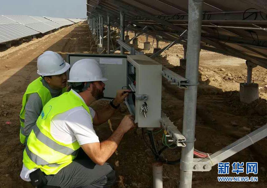 在巴基斯坦旁遮普省巴哈瓦尔布尔真纳太阳能工业园中兴能源光伏电站内,中巴两国工作人员进行设备调试(2016年5月摄)。 新华社发