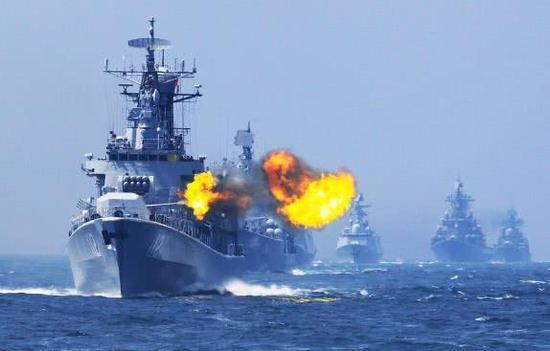"""图片:带领一众中俄战舰的""""哈尔滨""""舰在。此次演习中或仍然担任海上指挥舰的角色"""