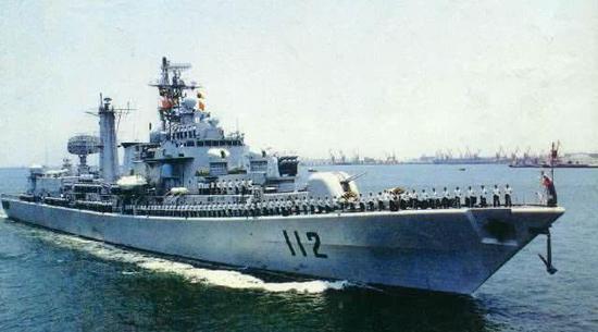 """图片:""""哈尔滨""""舰是中国,海军中少有的双机库驱逐舰,拥有较好的航空反潜能力。"""