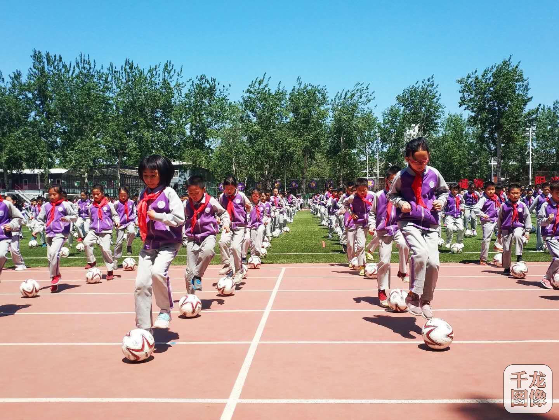 北京卫视在线观看-每天体育三个一 清华附小让儿童站立运动场正中央