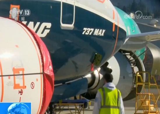 """美国《华尔街日报》4月28日报道,波音公司此前将737 MAX飞机的""""不一致警报""""功能设置为默认关闭,除非航空运营商付费加购提供两个迎角传感器读数的""""迎角指示器""""。 而过去半年里发生的两起737MAX飞机空难均与两个迎角传感器中的一个出现故障相关。"""