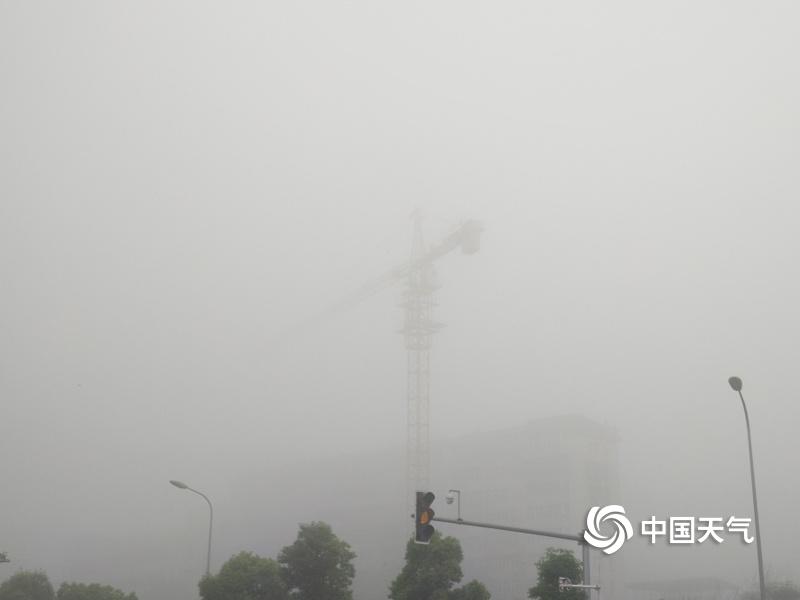 湖南衡阳大雾弥漫能见度低于100米 交通受影响