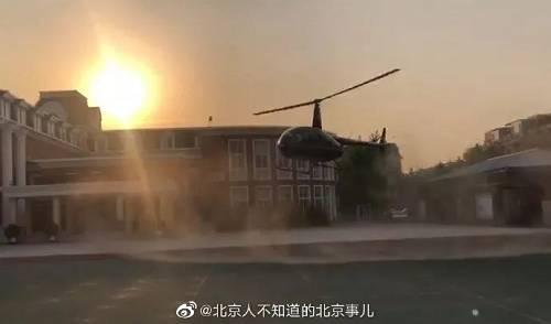 从爆料图片上可以看到确实有一架直升机飞进了学校孩子们很开心地跟直升机合影
