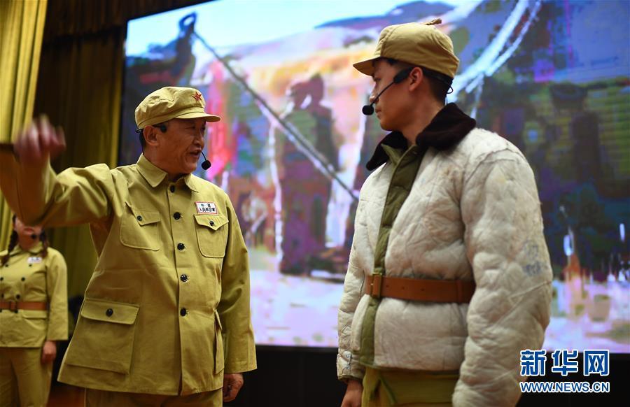 """白继红(前左)在青海西宁举行的""""青藏公路之父慕生忠开路精神""""党课上扮演慕生忠(3月20日摄)。 新华社记者 张宏祥"""