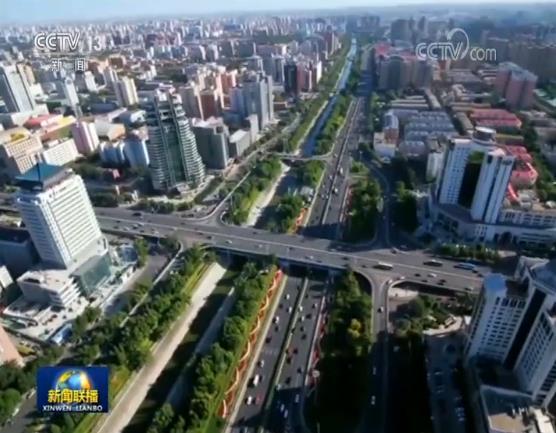 """如今在北京,城市公园环、郊野公园环、环首都森林湿地公园环已初具规模。北京城市总体规划确定的绿色""""三环""""正在显现。截至2018年底,北京全市森林覆盖率已达到43.5%,城市绿化覆盖率达到48.44%,人均公共绿地面积超过16平方米。"""